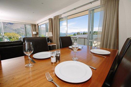 Lakeside Premier Apartment Wanaka Dining