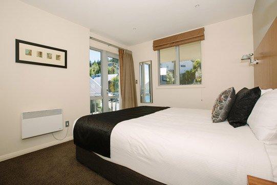 Premier Apartment Queen bedroom