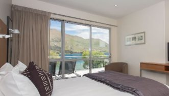lakeside-apartments-master-bedroom